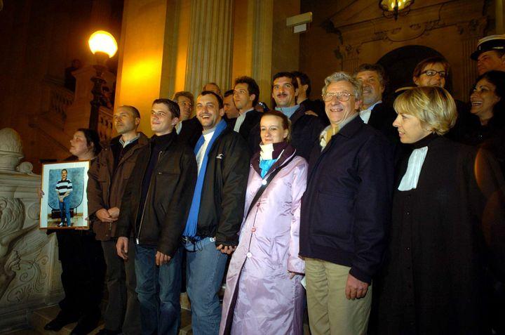 Les treize acquittés d'Outreau à la sortie du procès en appel à la cour d'assises de Paris, le 1er décembre 2005. (  MAXPPP)