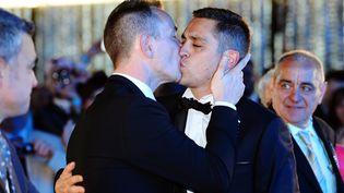 """Vincent Autin et Bruno Boileau sont devenus, le 29 mai 2013, à Montpellier (Hérault) les premiers homosexuels de France à célébrer leur union à la mairie, après l'adoption de la loi autorisant le mariage et l'adoption """"pour tous"""". (GERARD JULIEN / AFP)"""