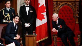 Le gouverneur général du Canada David Johnston (à droite), en compagnie du nouveau Premier ministre du pays Justin Trudeau (à gauche), vendredi 4 décembre au Sénat, à Ottawa. (CHRIS WATTIE / REUTERS)