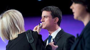 Manuel Valls est maquilléavant un débat télévisé entre les candidats à la primaire de la gauche, le 12 janvier 2017, à Paris. (CHAMUSSY / REA)