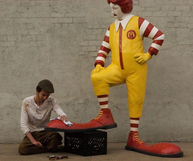 La mise en scène de Banksy autour de la mascotte de McDonald's, à New York. Octobre 2013.  (banksyny.com)