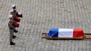 Le cercueil d'Hubert Germain, aux Invalides à Paris, le 15 octobre 2021. (THOMAS COEX / AFP)