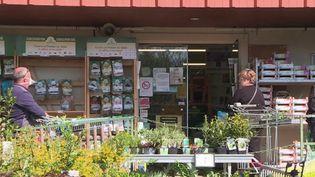 Certains secteurs tentent malgré le confinement de reprendre une activité. C'est le cas du BTP, mais également du commerce. Des jardineries ont été autorisées à rouvrir sous conditions pour répondre à la demande des consommateurs. (FRANCE 3)