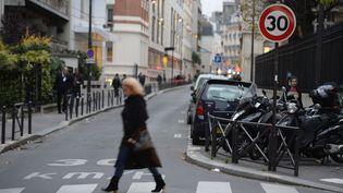 Une femme traverse un passage piéton à Paris, le 12 novembre 2012. (MARTIN BUREAU / AFP)