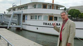 """Le présentateur Georges Pernoud, devant la péniche """"Thalassa"""", à Paris, en juin 2004. (PIERRE VERDY / AFP)"""