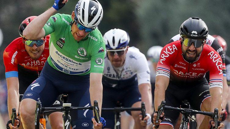 L'Irlandais Sam Bennett (Deceuninck) le plus rapide lors de la 5e étape de Paris-Nice, devant Nacer Bouhanni (Arkéa-Samsic) jeudi 11 mars. (BAS CZERWINSKI / POOL)