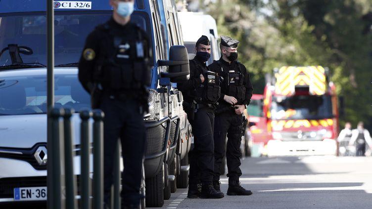 Des policiers près du commissariat de Rambouillet (Yvelines), le 23 avril 2021, après l'attaque au couteau qui a coûté la vie à une fonctionnaire de police. (MAXPPP)