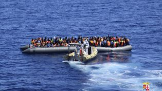 Des migrants sont secourus par les garde-côtes italiens au large de la Sicile, le 11 avril 2016. (REUTERS)