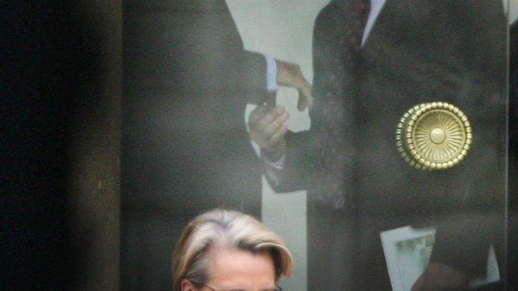 Dominique de Villepin et Jean-François Copé se serrent la main, le 9 mai 2007 à l'Elysée (Paris). (PATRICK KOVARIK / AFP)