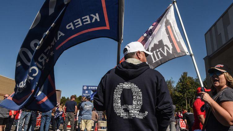 "Un supporter de Donald Trumpportantle ""Q"" de QAnon, le 3 octobre 2020. (STEPHANIE KEITH / GETTY IMAGES NORTH AMERICA VIA AFP)"