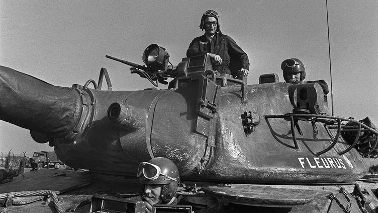 Le Premier ministre du président Giscard d'Estaing, Jacques Chirac, inspecte le 20 février 1975 au camp militaire de Mailly un char AMX 30 lors de la présentation des missiles nucléaires tactiques français Pluton montés sur des chassis du char AMX. (- / AFP)