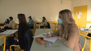 Dans cette classe d'un lycée de Haute-Saône, seuls 50% des élèves sont en présentiel. Les autres suivent le cours à distance. (R. Poirot / France Télévisions)