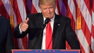 Donald Trump lors de son premier discours après l'annonce de sa victoire, à New York (Etats-Unis), dans la nuit du 8 au 9 novembre 2016. (JIM WATSON / AFP)