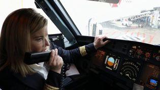 Certains métiers restent très peu ouverts aux femmes. C'est le cas dans l'aviation chez les pilotes de ligne. (France 3)