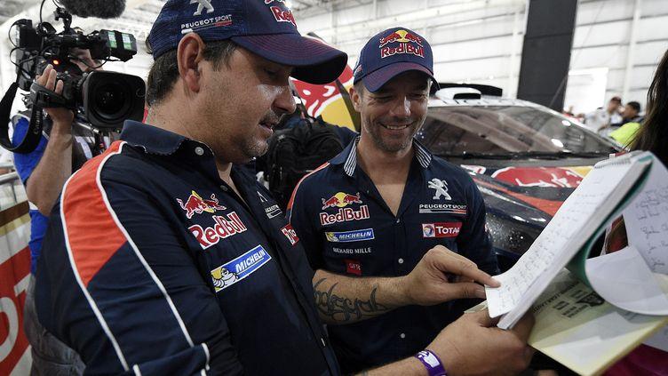 Sébastien Loeb et Daniel Elena (Peugeot) aux vérifications administratives et techniques du Dakar 2016 (FRANCK FIFE / AFP)