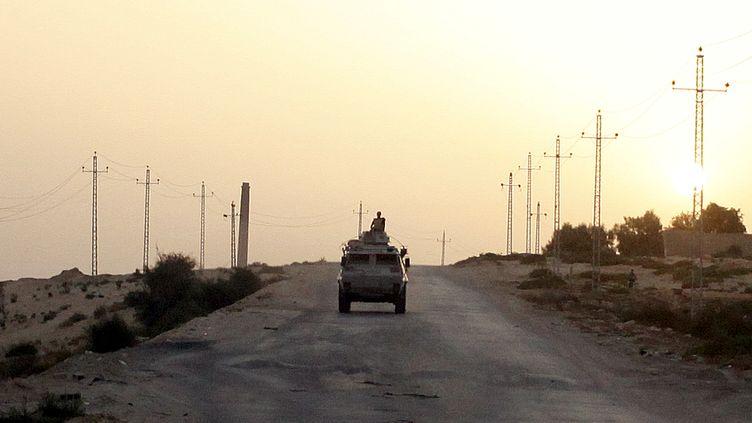 Un véhicule militaire égyptien dans le Sinaï égyptien, le 28 mai 2015. (ASMAA WAGUIH / REUTERS)