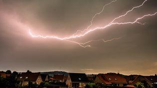 Un orage au-dessus de Godewaersvelde, dans le département du Nord, le 13 août 2015. (PHILIPPE HUGUEN / AFP)