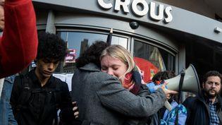 Des étudiantes en pleurs lors d'une manifestation après la tentative de suicide d'un camarade, le 12 novembre 2019 à Lyon. (NICOLAS LIPONNE / NURPHOTO / AFP)