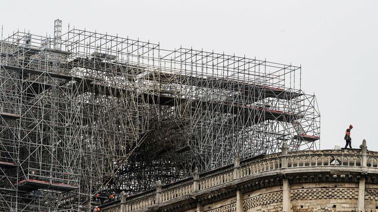 Les échafaudages autout de Notre-Dame de Paris, le 23 avril 2019. (KENZO TRIBOUILLARD / AFP)