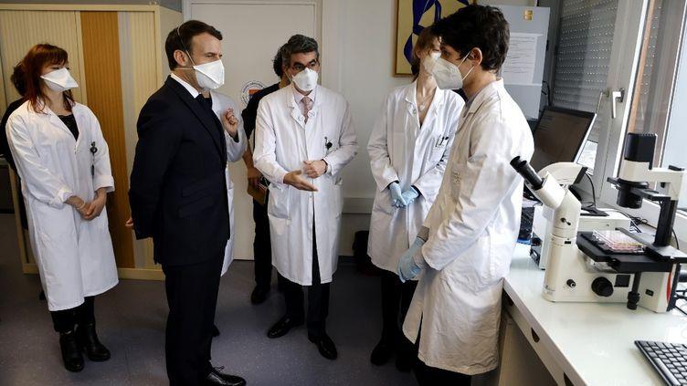 Emmanuel Macron visite l'institut Gustave-Roissy spécialisé dans la recherche contre le cancer, jeudi 4 février 2021. (LUDOVIC MARIN / POOL / AFP)