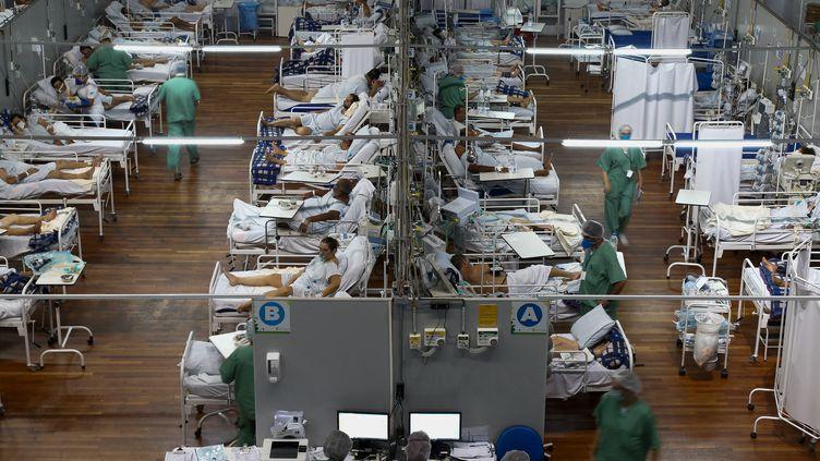 Des patients affectés par le coronavirus dans un hôpital de campagne installé dans un gymnase, à Santo Andre, dans l'état de Sao Paulo, au Brésil, le 26 mars 2021. (MIGUEL SCHINCARIOL / AFP)
