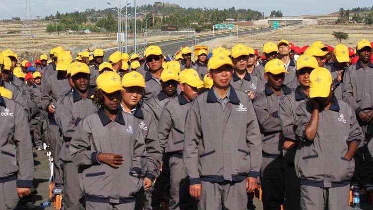 Des ouvriers chinois sur le chantier de construction d'une autoroute dans les faubourgs d'Addis Abeba en Ethiopie le 5 mai 2014. (STRINGER . / X80002)
