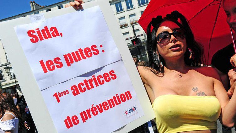 Manifestation du Strass, le Syndicat du travail sexuel, pour protester contre le projet de loi de pénalisation des clients de la prostitution, à Paris, le 2 juin 2011. (ALFRED / SIPA)