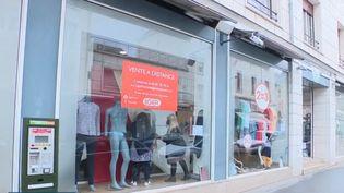 Mercredi 19 mai, les clients seront de retour dans les boutiques de vêtements. Mais les vendeurs doivent maintenant faire le tri entre les collections et gérer les stocks qui se sont accumulés. (CAPTURE ECRAN FRANCE 3)