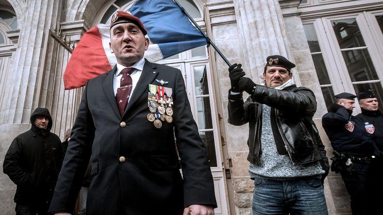 D'anciens militairessont rassemblés pour soutenir legénéral Christian Piquemal, devant le tribunal de grande instance de Boulogne-sur-Mer (Pas-de-Calais), le 8 février 2016. (PHILIPPE HUGUEN / AFP)