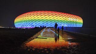 Le stade de Munich, l'Allianz Arena, illuminé sous les couleurs arc-en-ciel comme signe de tolérance et contre la discrimination, le 30 janvier 2021. (FRANK HOERMAN / AFP)