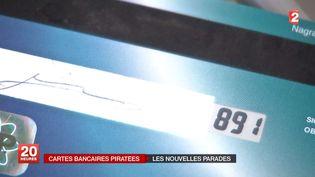 Prototype d'une carte bancaire sécurisée grâce à un cryptogramme visuel évolutif, affiché par un mini-écran. ( FRANCE 2 / FRANCETV INFO)