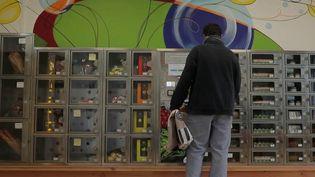 À Paulmy (Indre-et-Loire), une épicerie automatique a été ouverte à l'initiative du maire. Les habitants, ravis, peuvent s'y approvisionner en fruits, légumes, pain ou encore viande de 6 heures du matin à 23 heures. (France 2)