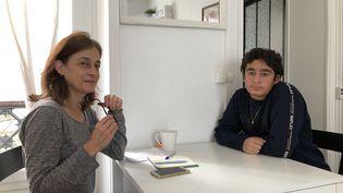 Valérie et son fils Jalil n'ont pas eu d'affectation pour la rentrée scolaire à Paris, en septembre 2020. (NOEMIE BONNIN / RADIO FRANCE)