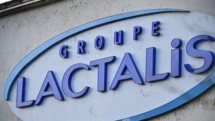 """une enseigne """"Lactalis"""" sur le site de Laval (Mayenne). (JEAN-FRANCOIS MONIER / AFP)"""