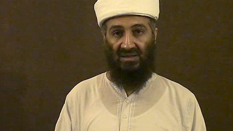 Oussama Ben Laden sur l'une des vidéos retrouvées dans sa maison d'Abbottabad (Pakistan), révélée le 7 mai 2011 par le ministère de la Défenseaméricain. (DOD / AFP)
