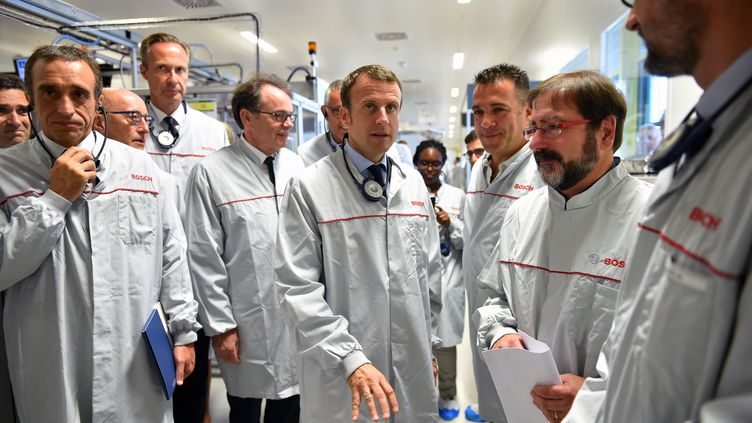 Le ministre de l'Economie Emmanuel Macron lors d'une visite de l'équipementier Bosch à Onet-le-Château (Aveyron), jeudi 4 août 2016. (REMY GABALDA / AFP)