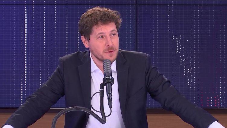 """Julien Bayou, secrétaire national d'EELV était l'invité du """"8h30 franceinfo"""", lundi 20 septembre 2021. (FRANCEINFO / RADIOFRANCE)"""