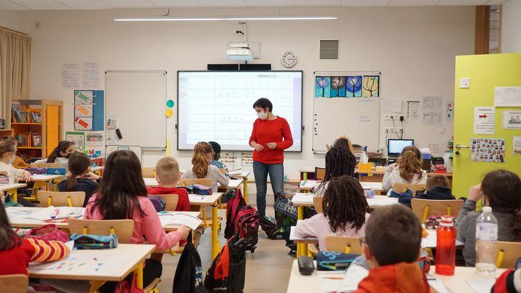 Une enseignante dans une classe de CE2, le 19 janvier 2021, àBruyères-le-Châtel (Essonne). (MYRIAM TIRLER / HANS LUCAS / AFP)