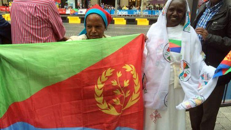Deux Erythréennes attendent le passage de leurs champions,Daniel Teklehaimanot et Merhawi Kudus, à l'arrivée du Tour de France sur les Champs-Elysées à Paris le 26 juillet 2015. (FTV - Laurent Ribadeau Dumas)