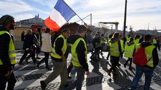 """Des """"gilets jaunes"""" lors d'une manifestation sur le Vieux-Port, à Marseille, le 1er décembre 2018. (GERARD JULIEN / AFP)"""