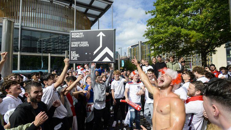 Des supporters anglais font la fête après la victoire de leur équipe face au Danemark lors de la demi-finale de l'Euro, le 7 juillet 2021 à Londres (Royaume-Uni). (MI NEWS / NURPHOTO / AFP)