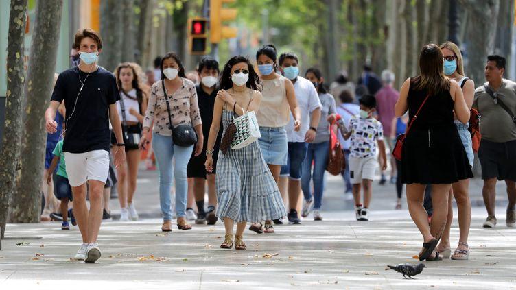 Des passants à Barcelone (Espagne), le 26 juin 2021. (JOAN VALLS / NURPHOTO / AFP)