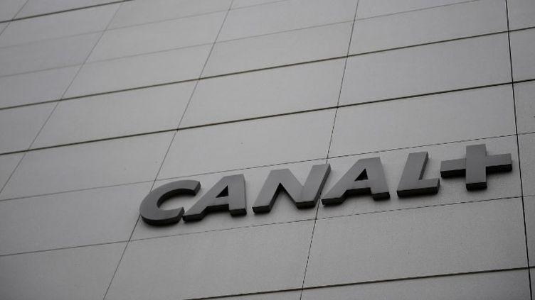 La façade du siège de Canal+ à Issy-les-Moulineaux  (Martin BUREAU / AFP)