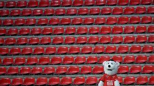 Erminig, la mascotte du Stade Rennais, dans une tribune déserte, lors du match Rennes-Lens du 5 décembre 2020. (LOIC VENANCE / AFP)