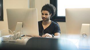 Un jeune homme en stage dans une entreprise (Illustration). (MAXPPP)