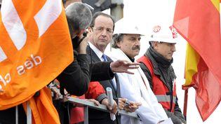 François Hollande, en campagne pour la présidentielle, sur le site d'ZrceloMittal, à Florange, le 24 février 2012. (JEAN-CHRISTOPHE VERHAEGEN / AFP)