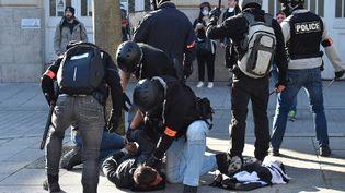 Des policiers interpellent un ''gilet jaune'' à Rennes, le 23 février 2019. (LOIC VENANCE / AFP)
