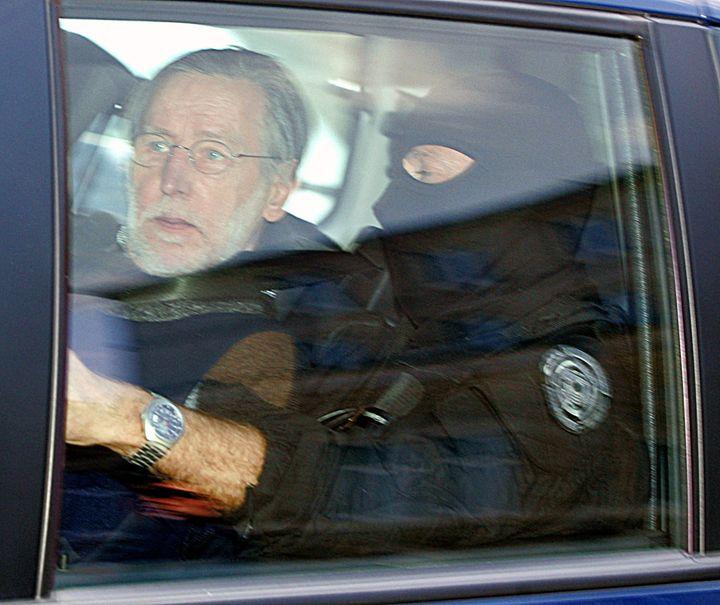 Le tueur en série Michel Fourniret arrive au tribunal de Charleville-Mézières (Ardennes) pour son procès, le 20 mai 2008. (FRANCOIS NASCIMBENI / AFP)