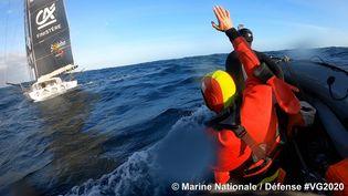 Le transfert de Kevin Escoffier depuis le bateau de Jean Le Cam vers le navire de la Marine nationale. (© Marine Nationale / Défense)