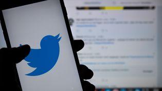 Le logo du réseau social Twitter affiché sur un smartphone à Berlin, le 23 avril 2019. (MONIKA SKOLIMOWSKA / DPA-ZENTRALBILD / AFP)